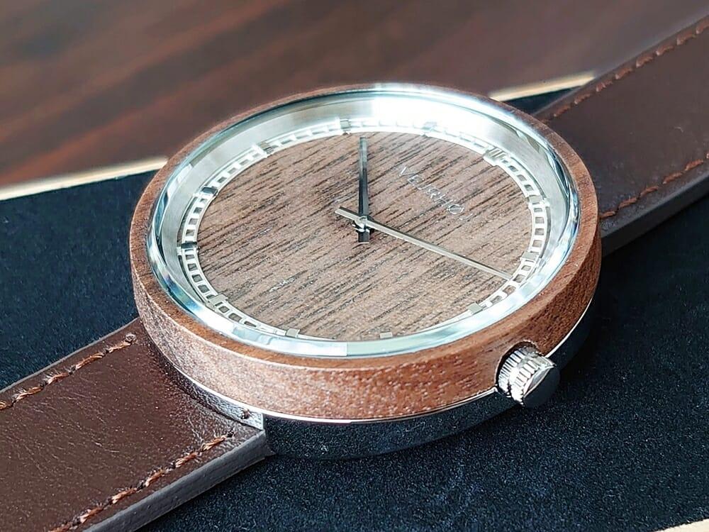 ARCHシリーズ 42mm 天然のくるみの木 「ARCH 01」シルバー ブラウンレザー ストラップ VEJRHØJ(ヴェアホイ)腕時計レビュー 文字盤 インデックス デザイン3