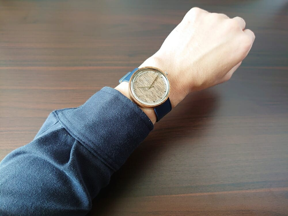 ARCHシリーズ 42mm 天然のくるみの木 「ARCH 01」シルバー ミッドナイトブルーレザー ストラップ VEJRHØJ(ヴェアホイ)腕時計レビュー 着用 男性 ネイビーシャツ 1