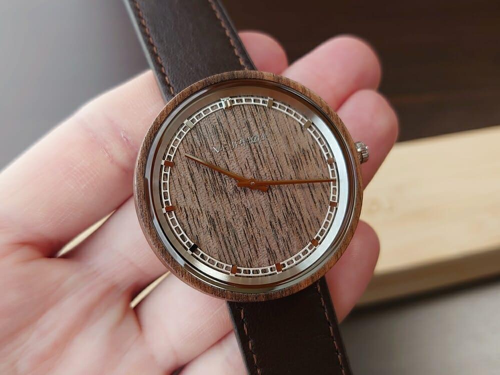 ARCHシリーズ 42mm 天然のくるみの木 「ARCH 01」シルバー ブラウンレザー ストラップ VEJRHØJ(ヴェアホイ)腕時計レビュー 時計の角度による天然木の見え方3