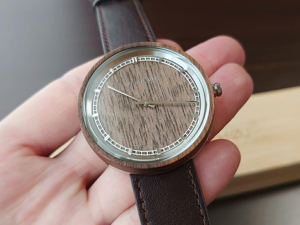 ARCHシリーズ 42mm 天然のくるみの木 「ARCH 01」シルバー ブラウンレザー ストラップ VEJRHØJ(ヴェアホイ)腕時計レビュー 時計の角度による天然木の見え方5
