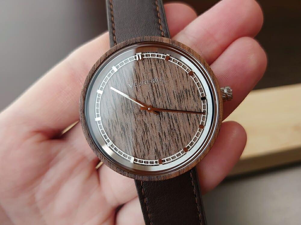 ARCHシリーズ 42mm 天然のくるみの木 「ARCH 01」シルバー ブラウンレザー ストラップ VEJRHØJ(ヴェアホイ)腕時計レビュー 時計の角度による天然木の見え方9