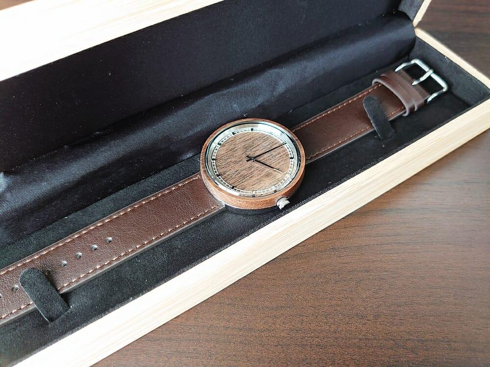 ARCHシリーズ 42mm 天然のくるみの木 「ARCH 01」シルバー VEJRHØJ(ヴェアホイ)腕時計レビュー 腕時計と木製ボックス
