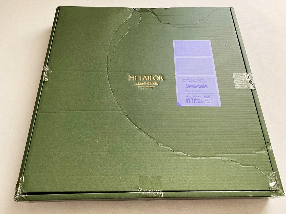Hi TAILOR(ハイ・テーラー)のオーダースーツが梱包されている段ボール