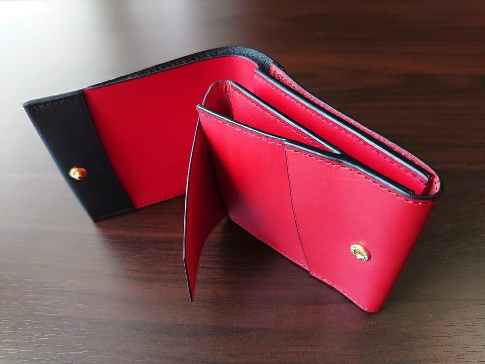 リスシオ ショート財布「Black x Red」NIBUR(ニブール)Mens Leather Store(メンズレザーストア)小銭入れ(かぶせを開けた状態)