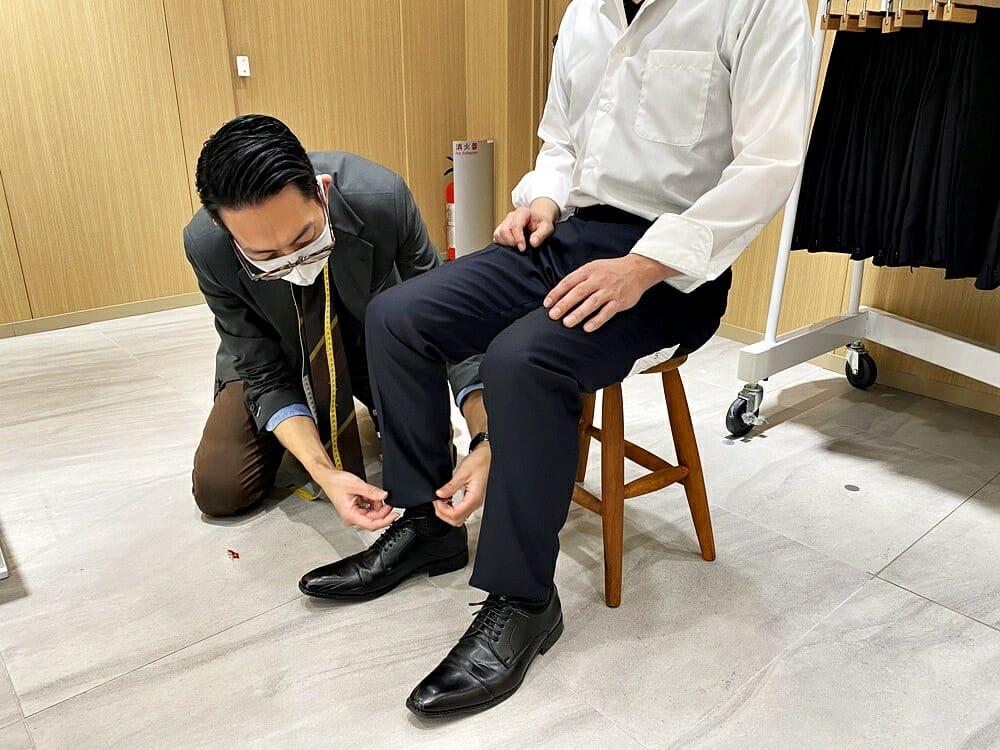 FABRIC TOKYO(ファブリックトウキョウ) 採寸 椅子に座ったときのスラックスの確認