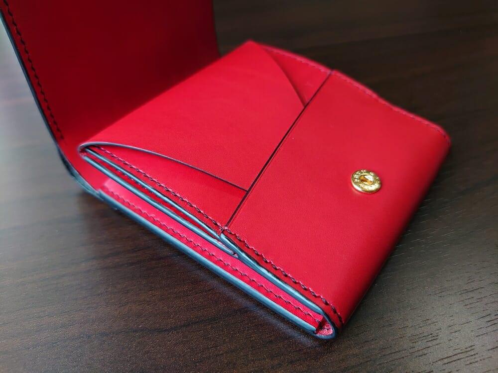 リスシオ ショート財布「Black x Red」NIBUR(ニブール)Mens Leather Store(メンズレザーストア)小銭入れ(かぶせを閉じた状態)