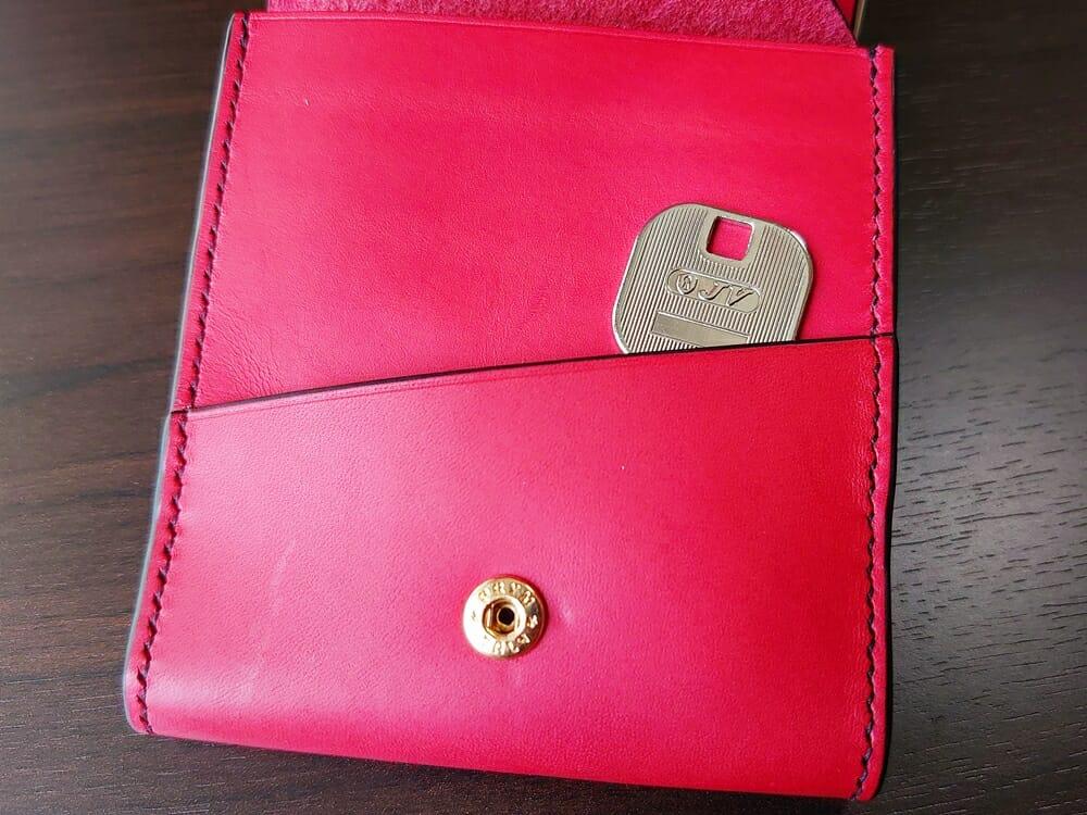 リスシオ ショート財布「Black x Red」NIBUR(ニブール)Mens Leather Store(メンズレザーストア)マルチポケット 使い勝手 鍵入れとして使う 1