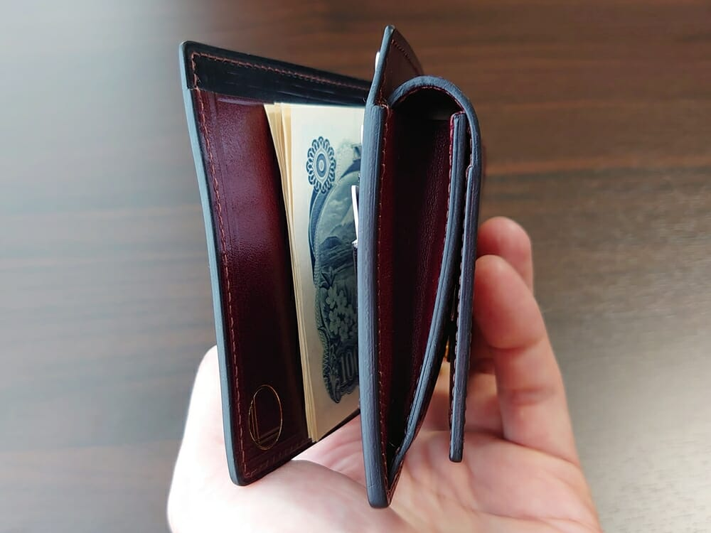 手揉みレザー マネークリップ コインケース付き LONESOME(ロンサム)Mens Leather Store(メンズレザーストア)紙幣とカードを入れた財布の厚み2