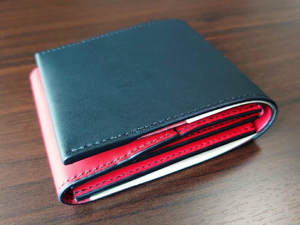 リスシオ ショート財布「Black x Red」NIBUR(ニブール)Mens Leather Store(メンズレザーストア)お金とカードを入れた財布の厚さ 2
