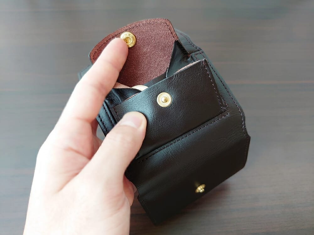 LIFE POCKET(ライフポケット)MiniWallet3 ミニウォレット3 espresso エスプレッソ 使い勝手 片手で小銭入れを閉める2