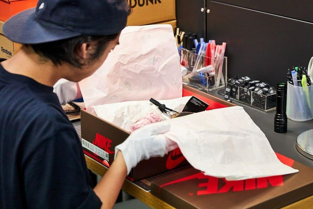 スニーカーダンク(SNKRDUNK) 箱を開け、包装紙や付属品の鑑定