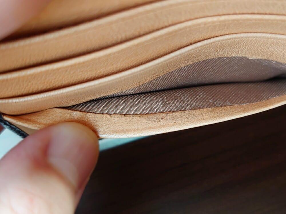 二つ折り財布 st-819 イタリアンレザー(フルグレイン)スキミング防止機能付 MURA(ムラ)見開き部分のカードポケット フチの仕上がり 接着剤の拭き取り不足