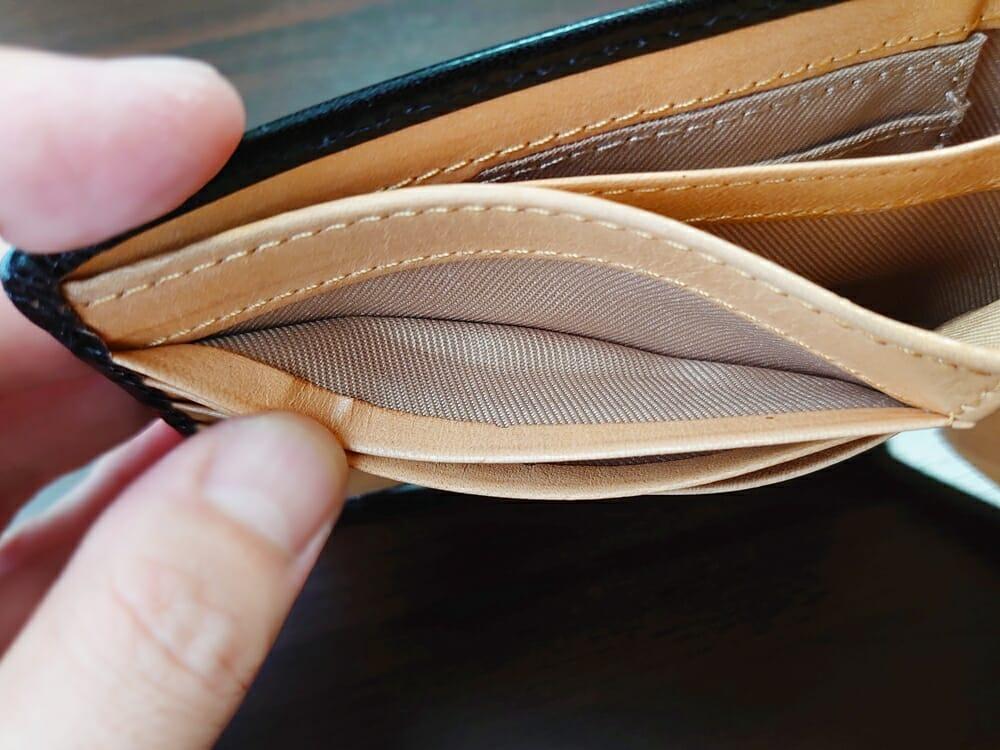 二つ折り財布 st-819 イタリアンレザー(フルグレイン)スキミング防止機能付 MURA(ムラ)見開き部分のカードポケット フチの仕上がり