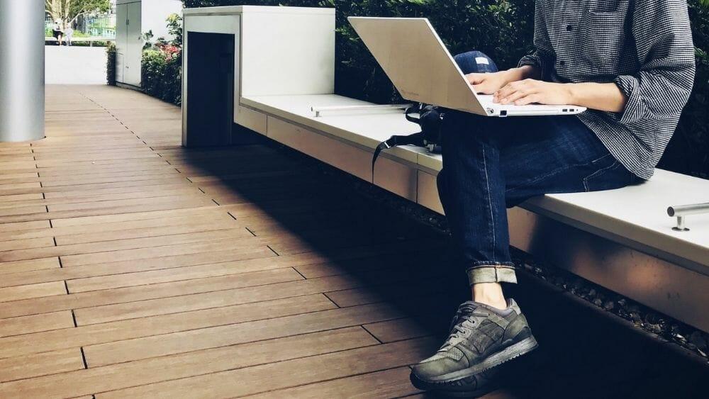 ビジネスカジュアルスーツに合うスニーカー32選!見た目が革靴に見えるレザータイプも紹介!アイキャッチ
