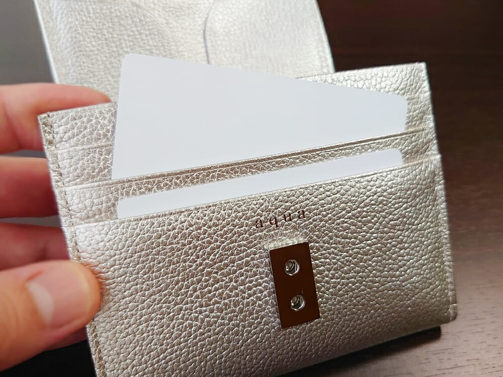 山藤 YAMATOU マルチパーパス サファイアシュリンク SS210500 シーシェルピンク レディース財布 カードポケットのサイズ感と使い心地1
