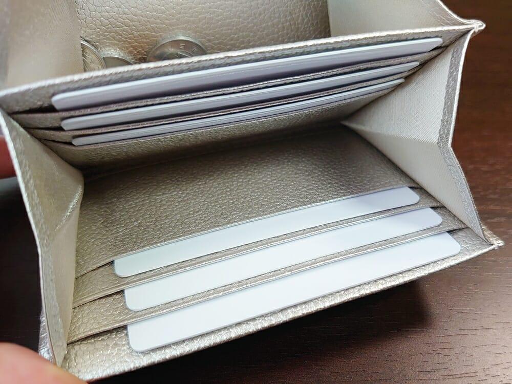 山藤 YAMATOU マルチパーパス サファイアシュリンク SS210500 シーシェルピンク レディース財布 カードポケットのサイズ感と使い心地2