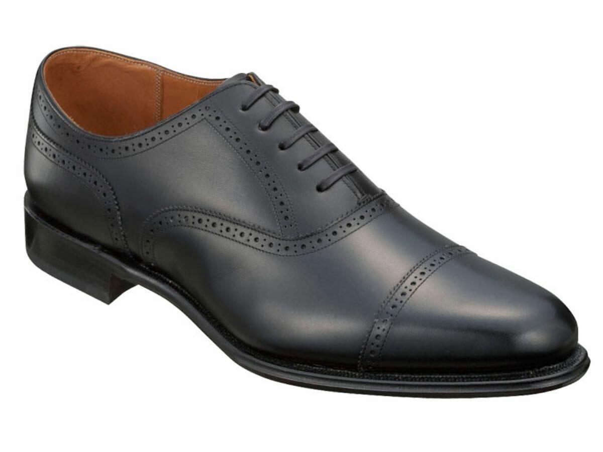 カジュアルコーデに向かない革靴 クォーターブローグ(内羽根)