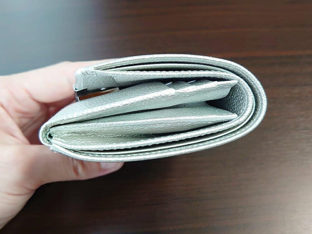山藤 YAMATOU マルチパーパス サファイアシュリンク SS210500 シーシェルピンク レディース財布 お金とカードを入れた財布の厚み1