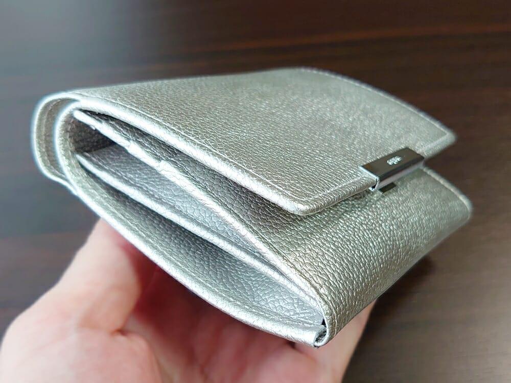 山藤 YAMATOU マルチパーパス サファイアシュリンク SS210500 シーシェルピンク レディース財布 お金とカードを入れた財布の厚み2
