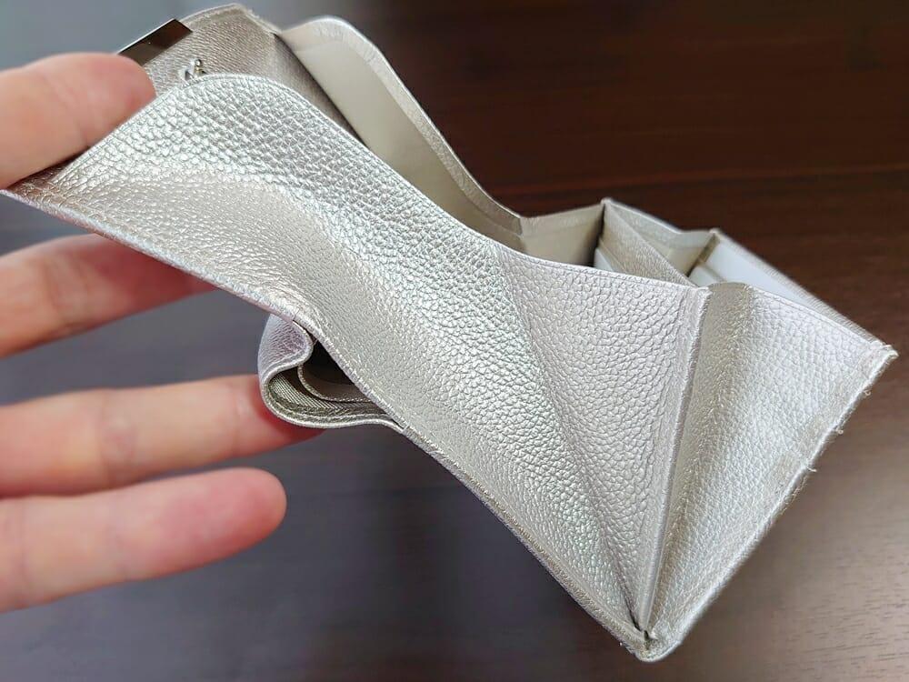 山藤 YAMATOU マルチパーパス サファイアシュリンク SS210500 シーシェルピンク レディース財布 チリトリ型小銭入れのサイズ感と使い心地3