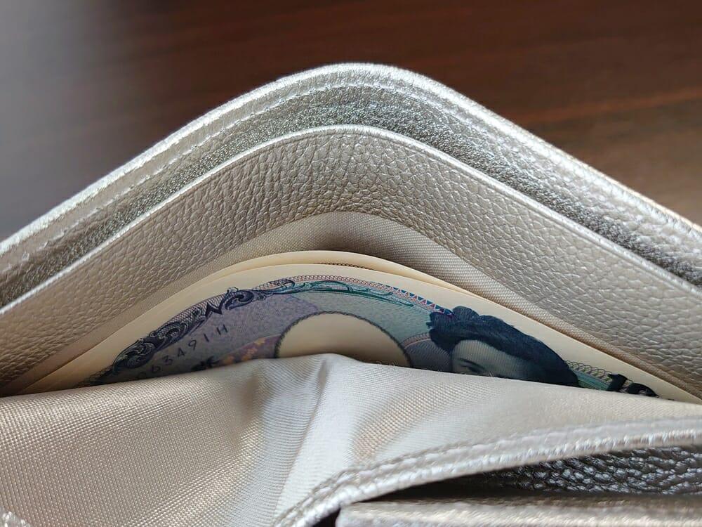 山藤 YAMATOU マルチパーパス サファイアシュリンク SS210500 シーシェルピンク レディース財布 札入れのサイズ感と使い心地4