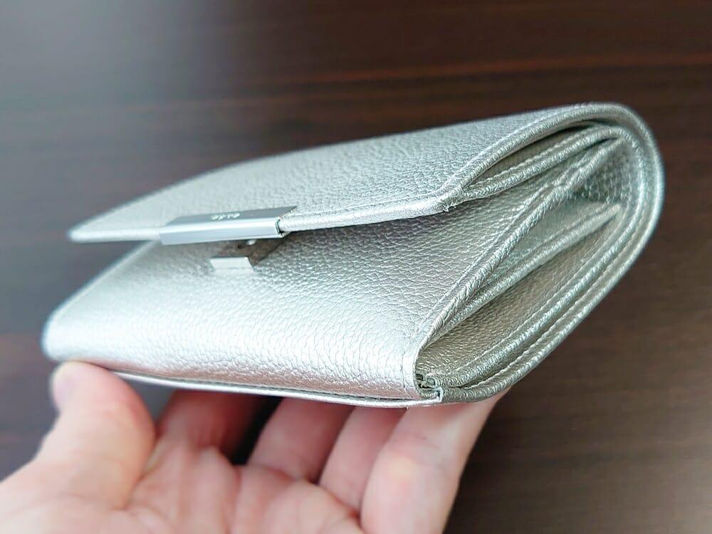 山藤 YAMATOU マルチパーパス サファイアシュリンク SS210500 シーシェルピンク レディース財布 お金とカードを入れた財布の厚み3