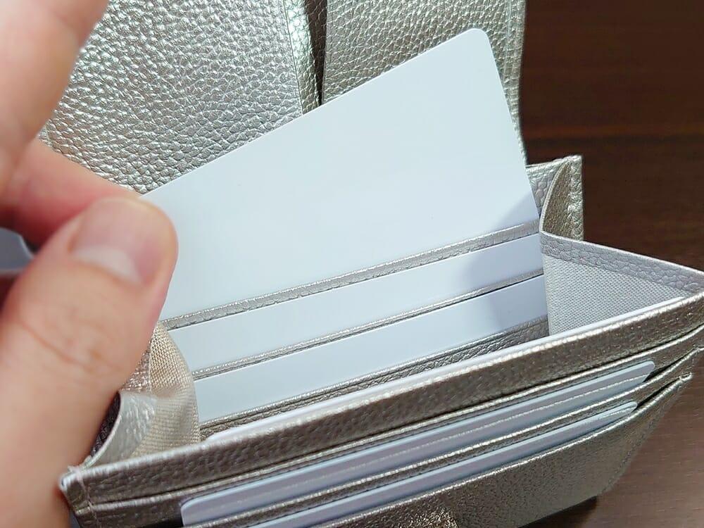 山藤 YAMATOU マルチパーパス サファイアシュリンク SS210500 シーシェルピンク レディース財布 カードポケットのサイズ感と使い心地3