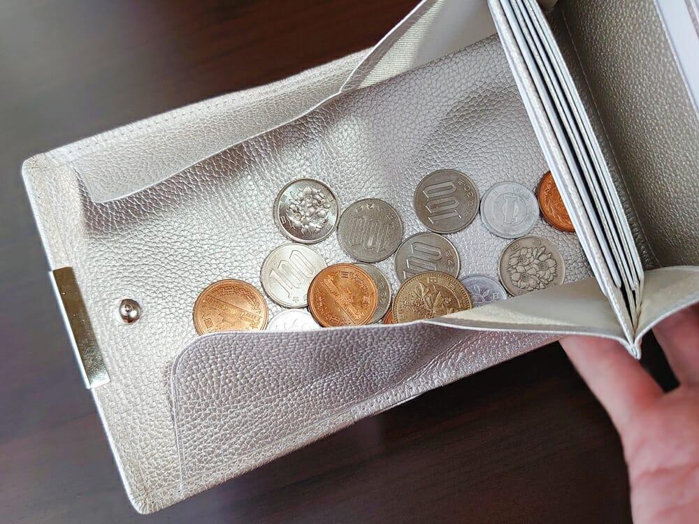 山藤 YAMATOU マルチパーパス サファイアシュリンク SS210500 シーシェルピンク レディース財布 チリトリ型小銭入れのサイズ感と使い心地6