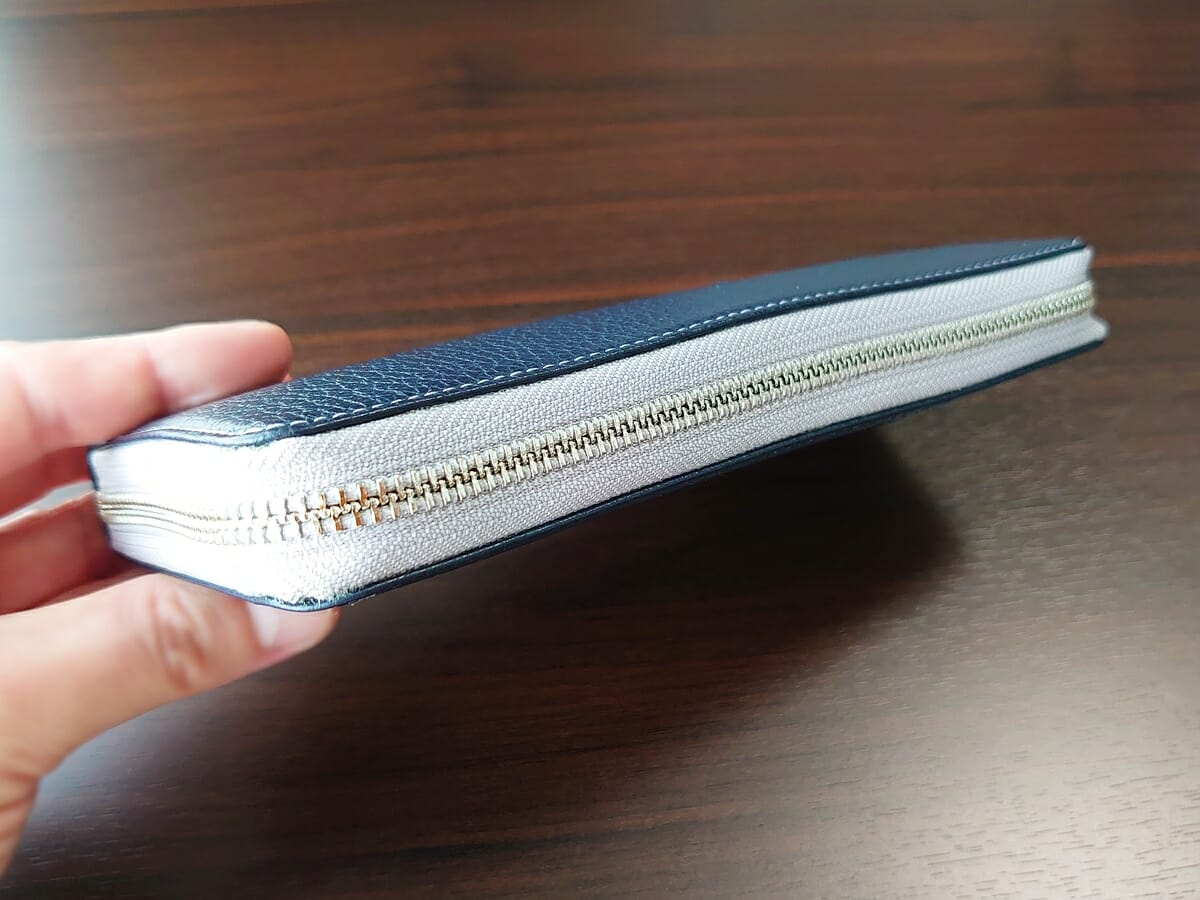 キプリス(CYPRIS)ラウンドファスナーハニーセル長財布(カスタムオーダー)お金とカードを入れた状態 財布全体の厚み2