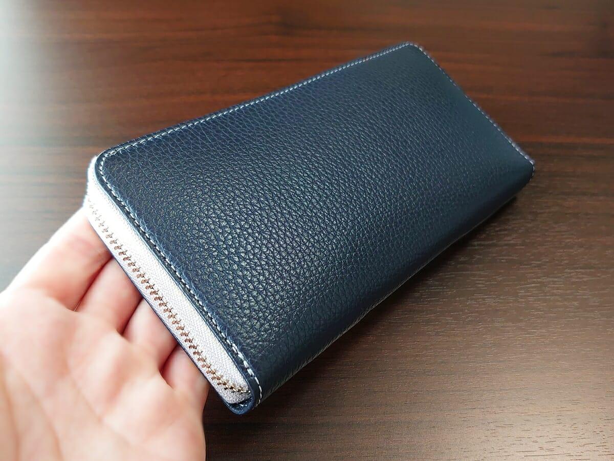 キプリス(CYPRIS)ラウンドファスナーハニーセル長財布(カスタムオーダー)お金とカードを入れた状態 財布全体の厚み1