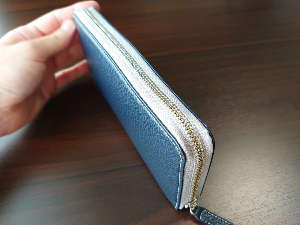 キプリス(CYPRIS)ラウンドファスナーハニーセル長財布(カスタムオーダー)お金とカードを入れた状態 財布の厚み ファスナーの閉まり心地2