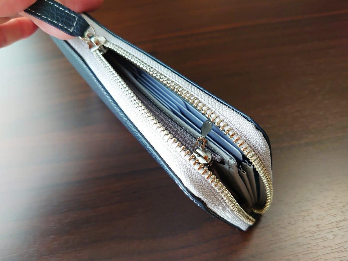 キプリス(CYPRIS)ラウンドファスナーハニーセル長財布(カスタムオーダー)お金とカードを入れた状態 財布の厚み ファスナーの閉まり心地1